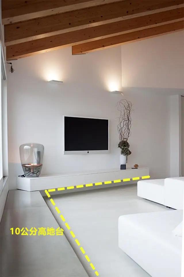 除了沙发,沿着电视柜靠墙打10公分悬空地台,来